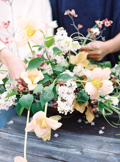 Florists setting bouquet of flowers — Stock Photo