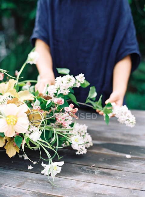 Флористи руки організацію в букет квітів — стокове фото