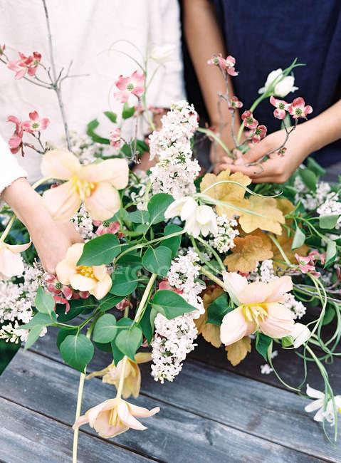Флористів, встановивши букет квітів — стокове фото