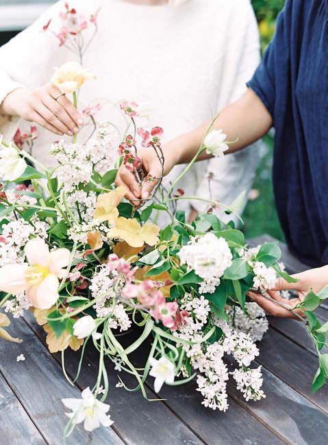 Флористы устанавливают букет цветов — стоковое фото