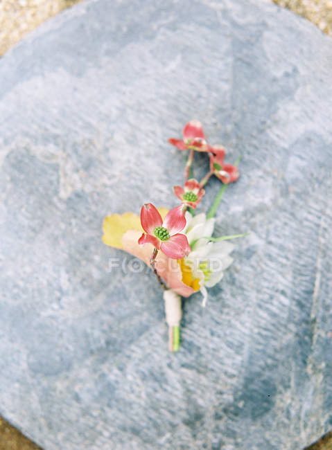 Wedding boutonnieres on gray background — Stock Photo