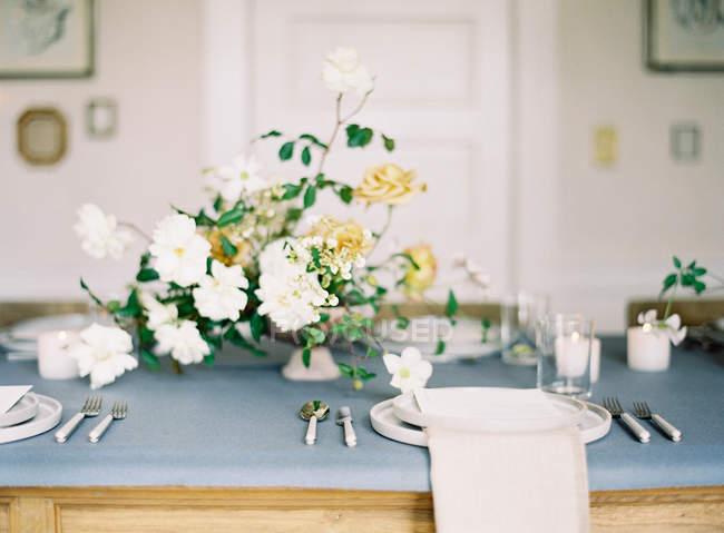 Tisch mit Blumen geschmückt — Stockfoto