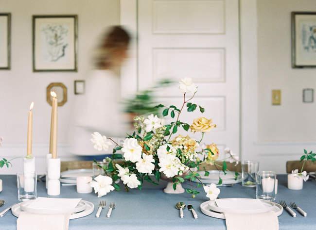 Frauen, die rauschenden entlang Hochzeitstafel — Stockfoto