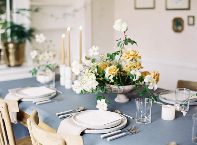 Tavola decorata con fiori — Foto stock