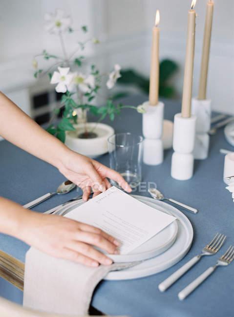 Женщина, украшая параметр таблицы — стоковое фото