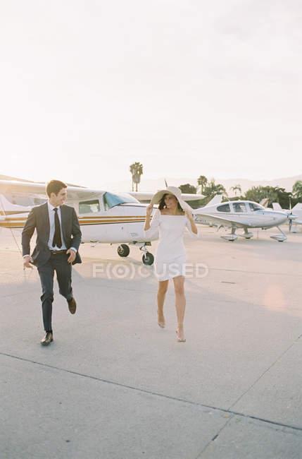 Coppia che si allontana dall'aereo — Foto stock