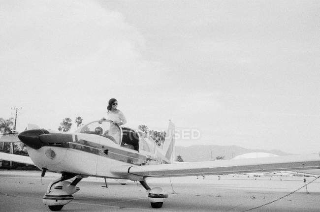 Woman standing in plane cockpit — Stock Photo
