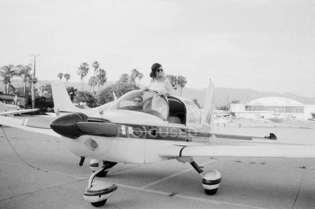 Frau im Flugzeug-cockpit — Stockfoto