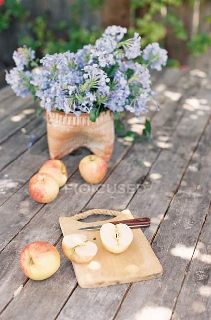 Manzanas y flores frescas - foto de stock