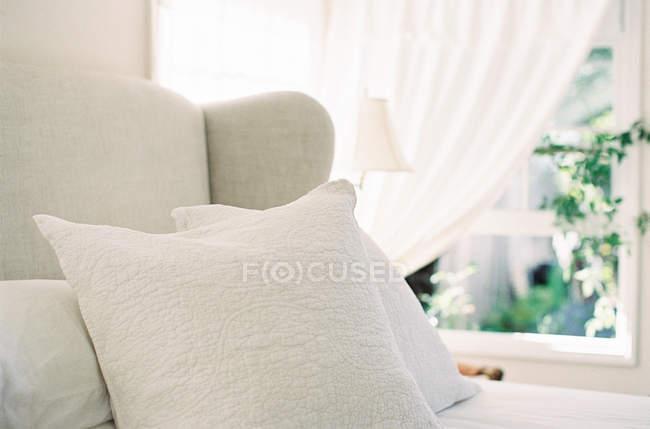 Cama grande com almofadas — Fotografia de Stock