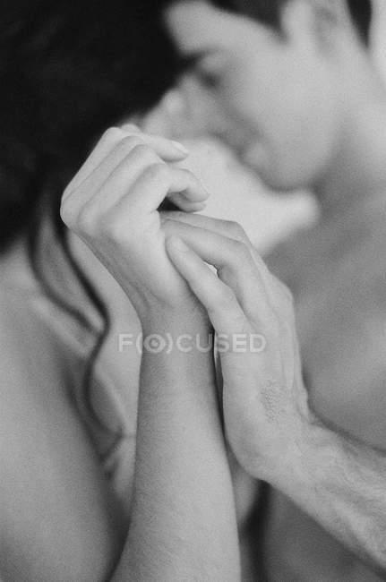 Пара обіймати і тримаючись за руки — стокове фото