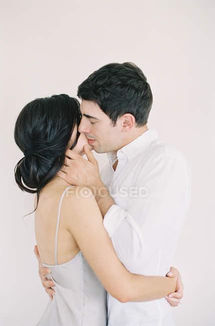 Гарна пара обіймати й цілувати — стокове фото