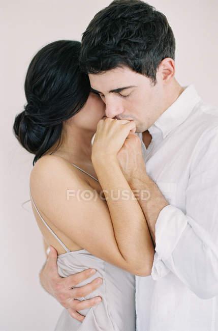 Людина цілувати жінку руку — стокове фото