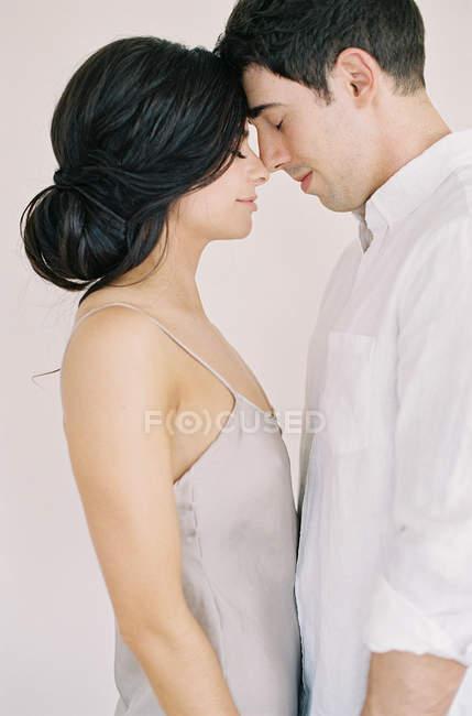 Paar umarmt und schaut einander an — Stockfoto