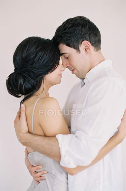 Пара обнимается и смотрит друг на друга. — стоковое фото
