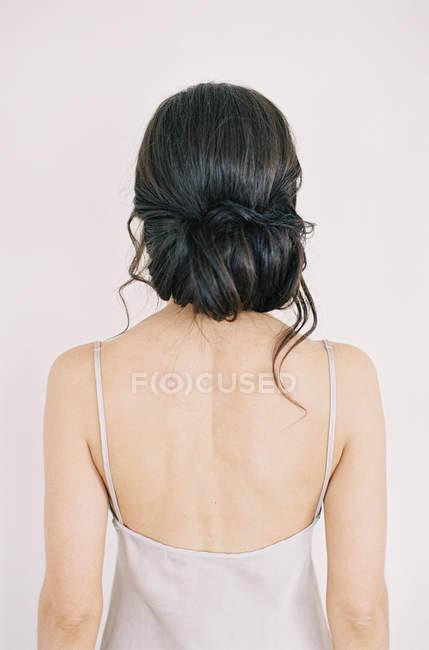 Молода жінка з елегантною зачіскою — стокове фото