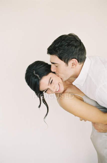 Людина обіймати й цілувати жінку — стокове фото