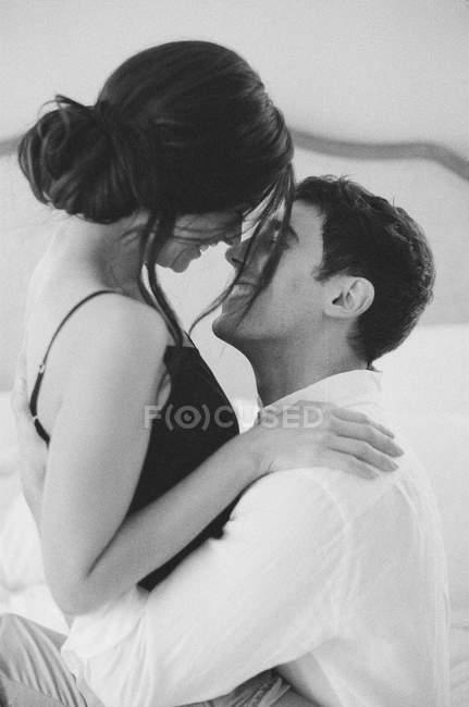 Мужчина и женщина обнимаются и улыбаются — стоковое фото