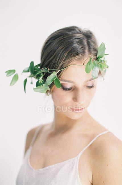 Femme en couronne florale — Photo de stock