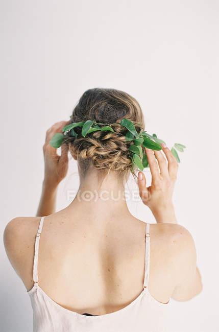 Donna fissaggio floreale decorazione dei capelli — Foto stock