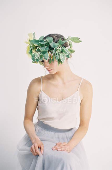 Жінка в великими квітковими корони — стокове фото
