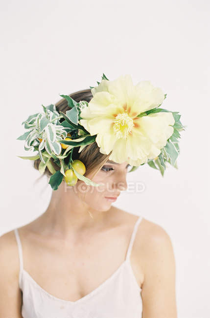 Woman in large flower crown — Stock Photo