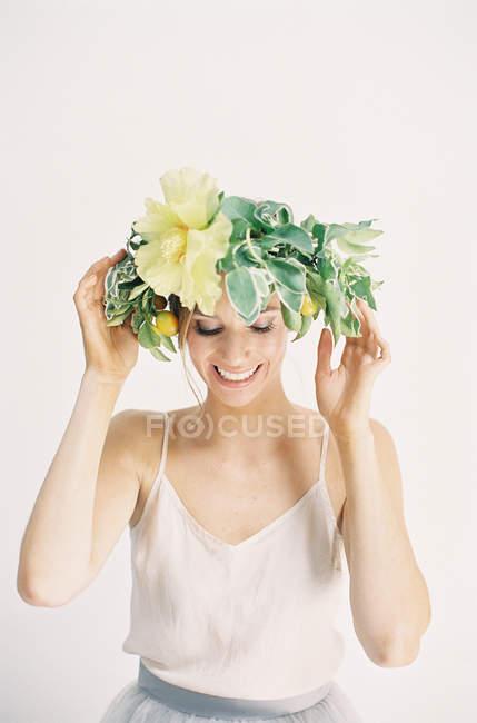 Donna regolazione corona fiore — Foto stock