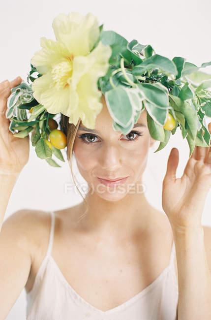 Donna in grande fiore corona — Foto stock