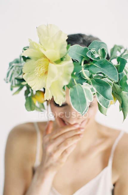 Квітка корону на голову жінка — стокове фото