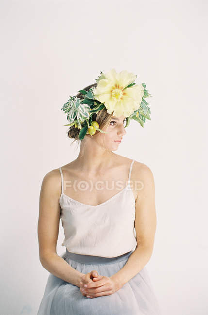 Жінка в великому квітковому корони — стокове фото