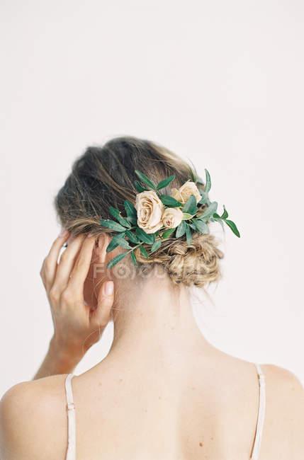 Frau mit Blume Haarschmuck — Stockfoto