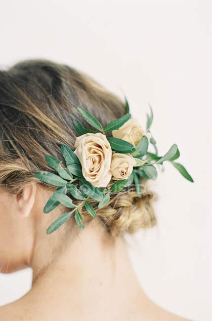 Elegante Blumen im Frauenhaar — Stockfoto