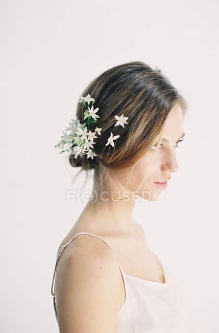 Frau mit Blumen im Haar — Stockfoto