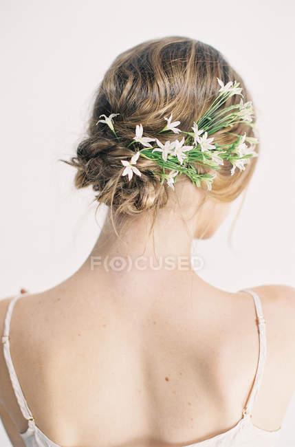 Frau mit eleganten weißen Blüten im Haar — Stockfoto