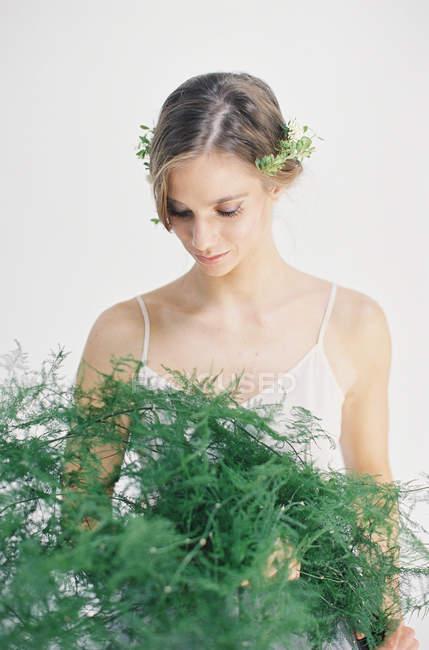 Frau mit dekorativen Farnblättern — Stockfoto
