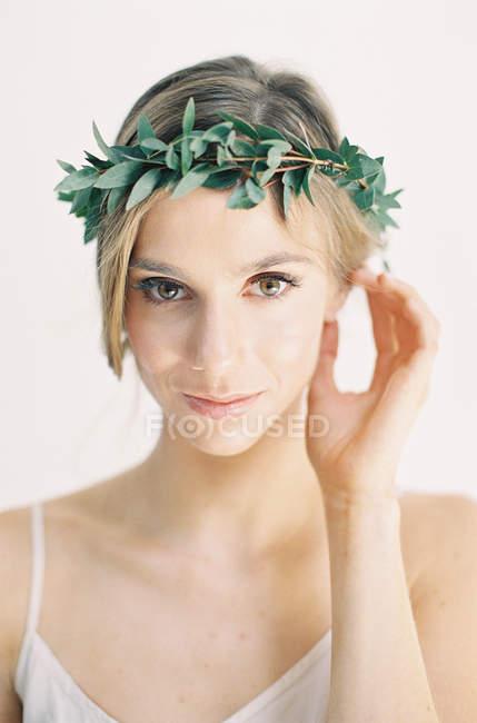 Frau im Blumenkranz — Stockfoto