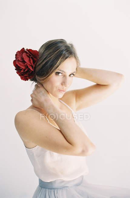 Жінка з червоними квітами у волоссі — стокове фото