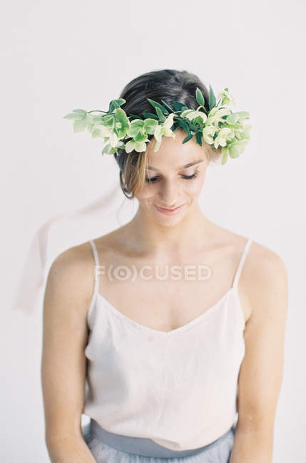 Frau mit Blume Krone nach unten — Stockfoto