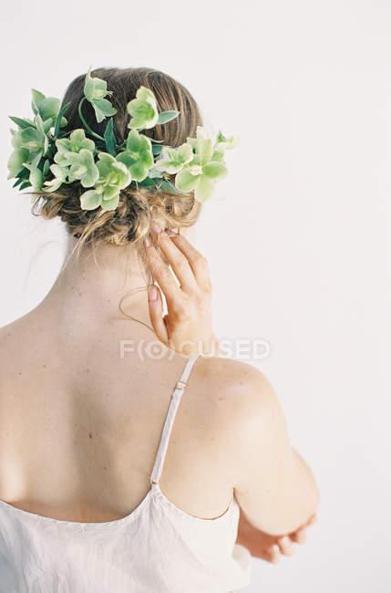 Frau mit Blumenschmuck im Haar — Stockfoto