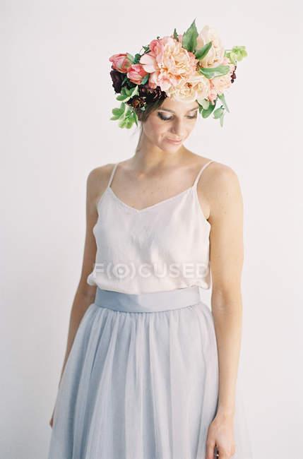 Frau in großer Blütenkrone — Stockfoto