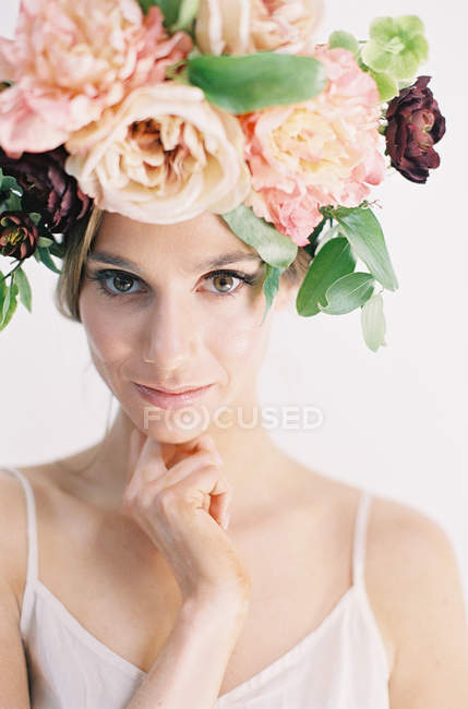 Woman in large floral crown — Stock Photo