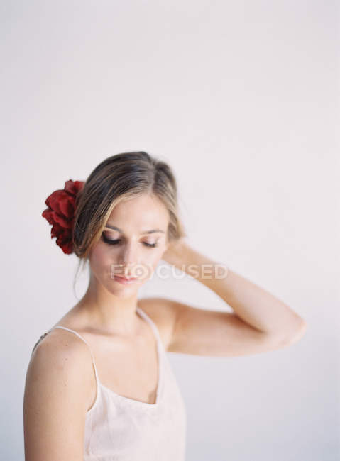 Mulher com grande decoração de flores — Fotografia de Stock