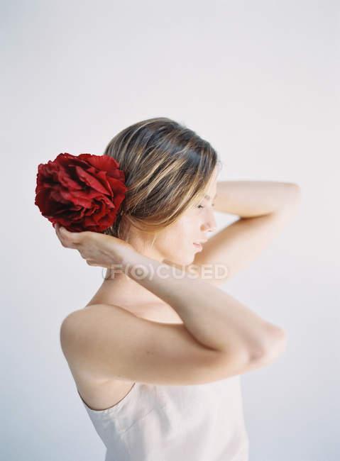 Donna con grande decorazione floreale — Foto stock