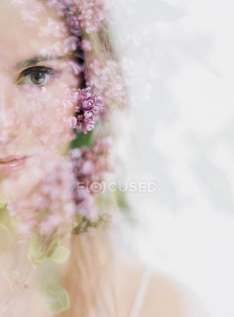 Женщина и лиловые цветы — стоковое фото