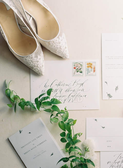 Bridal high-heeled shoes and cards — Stock Photo