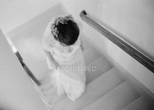 Frau im Hochzeitskleid geht Treppe hinauf — Stockfoto