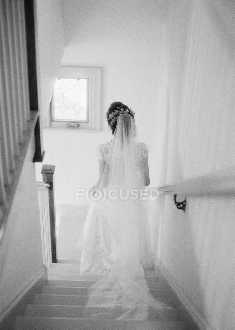 Женщина в свадебном платье и вуали — стоковое фото
