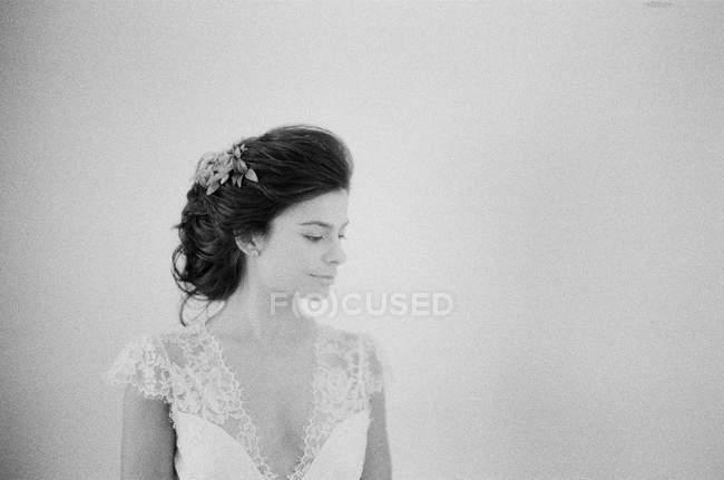 Frau im Brautkleid schaut weg — Stockfoto