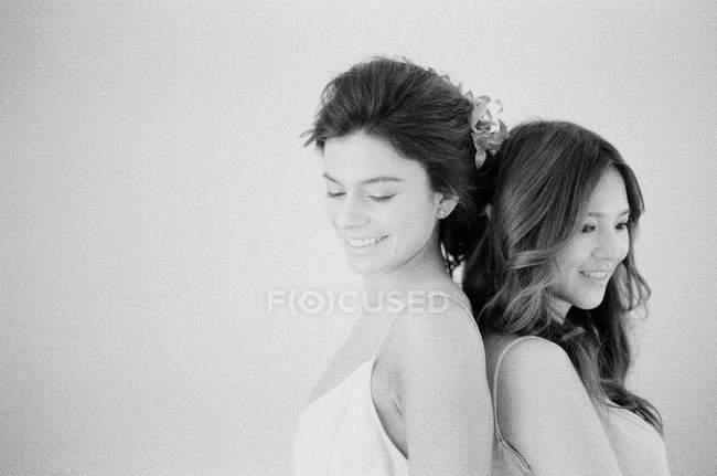 Mujer en vestido de novia con amigo - foto de stock