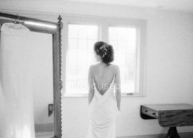 Mulher de vestido de casamento — Fotografia de Stock